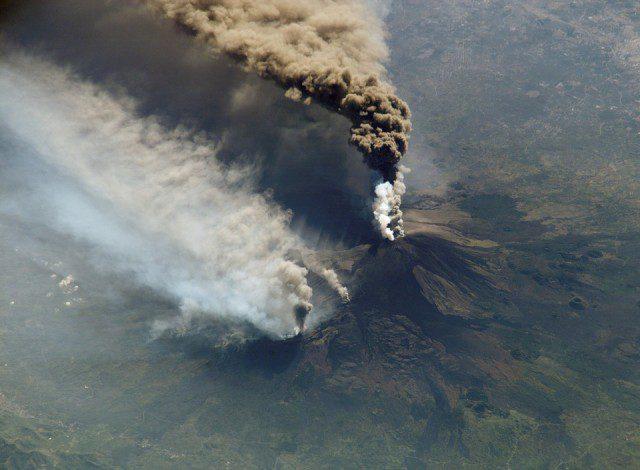 Nuages de fumée de l'Etna