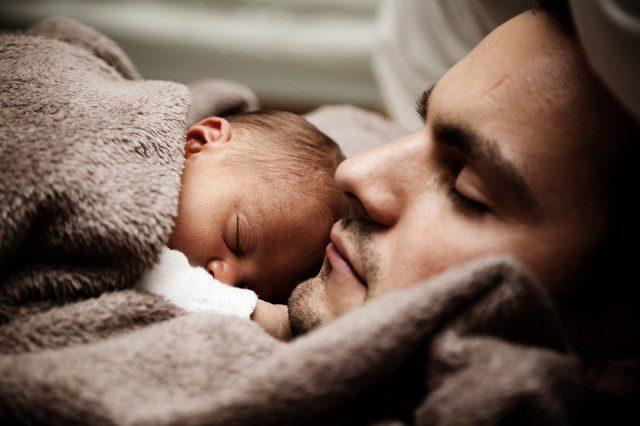 Papa dormant avec son bébé