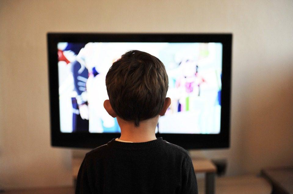 Un enfant devant la télévision