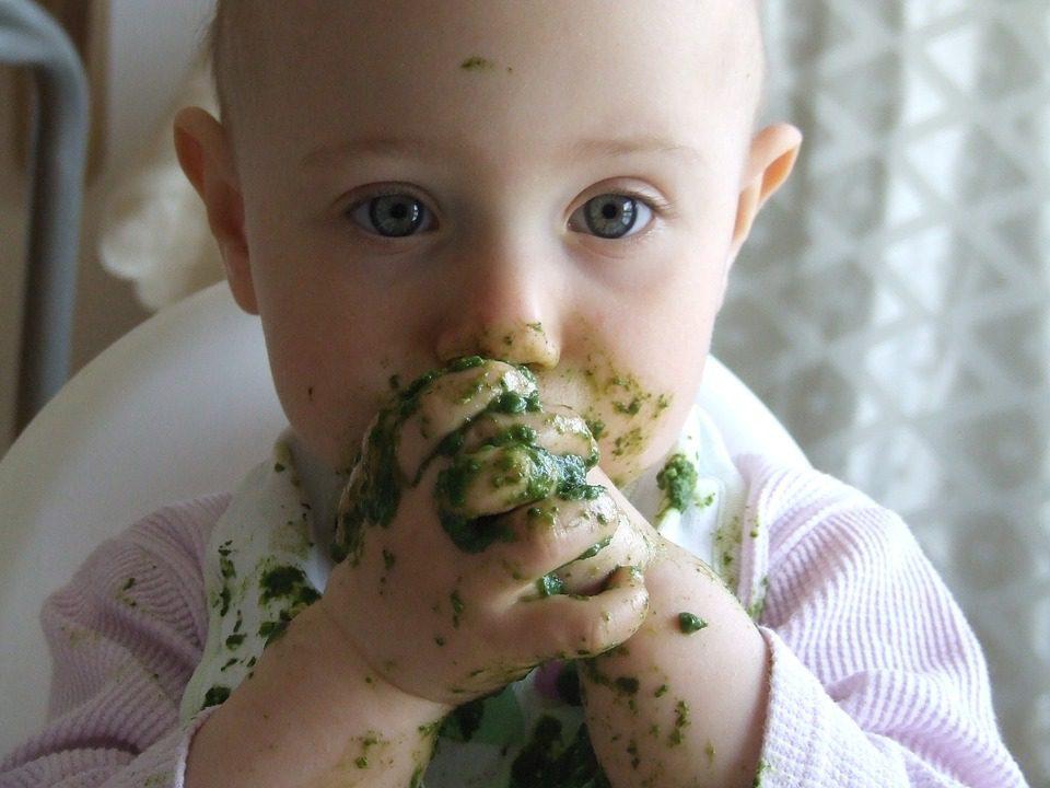 Un enfant qui mange