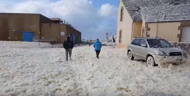 Une tempête d'écume en Bretagne