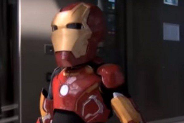 Le petit garçon en Iron Man