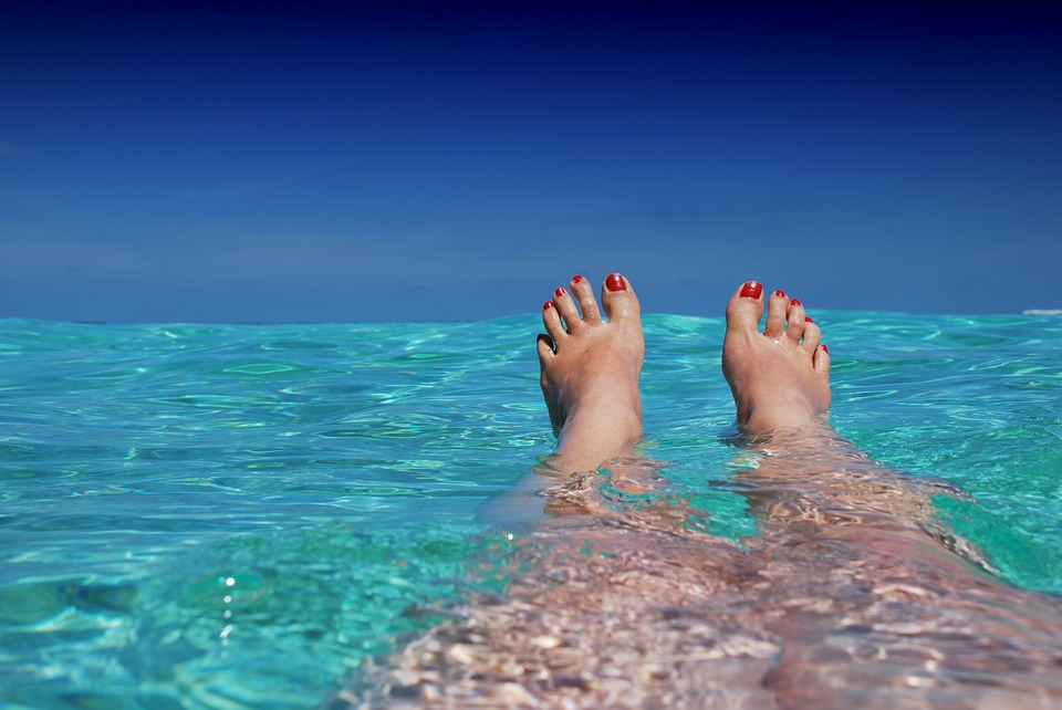 Baskets sans chaussettes : comment protéger nos pieds des nombreuses infections ?