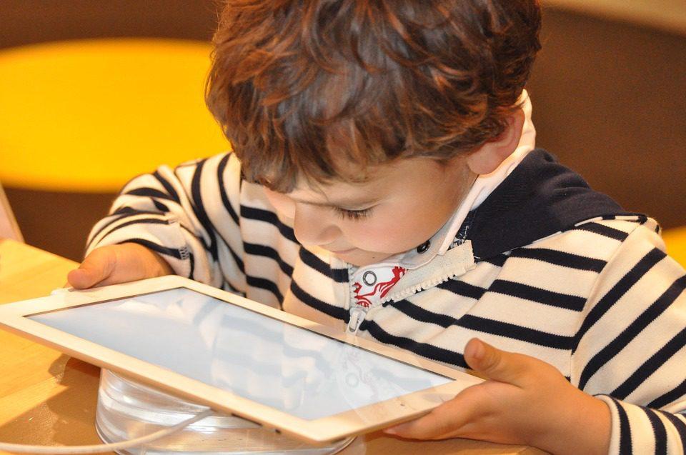 Tablettes à l'école : une arrivée à la rentrée qui inquiète les parents
