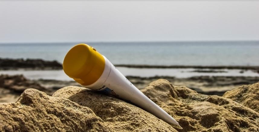 Les crèmes solaires sont-elles assez protectrices, contiennent-elles des substances dangereuses pour notre santé ?