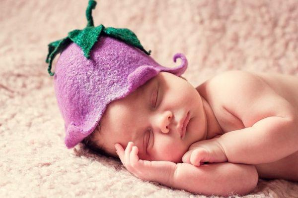 Un bébé qui n'est pas emmailloté