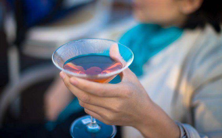 L'alcoolorexie : la nouvelle tendance féminine dangereuse consistant à manger moins pour boire plus