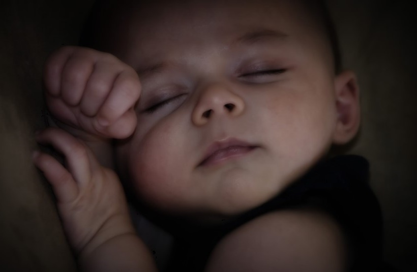 Un enfant dort