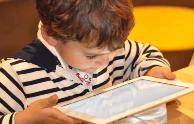 Un enfant avec une tablette