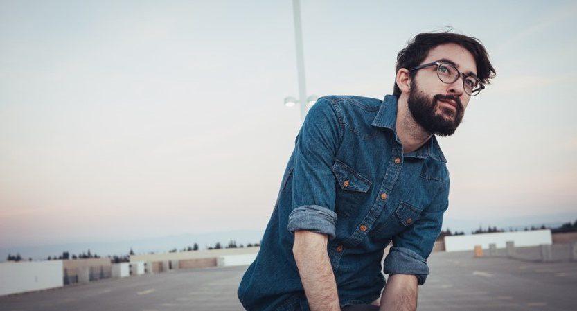 Un homme barbu