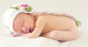 Syndrome de la tête plate : le bébé doit être couché d'une certaine manière pour l'éviter