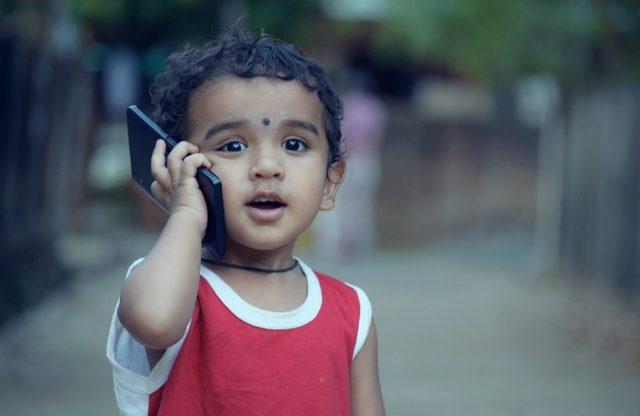 Un enfant et un mobile